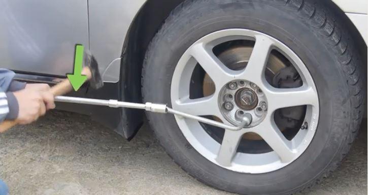 استفاده از چکش برای باز کردن پیچ