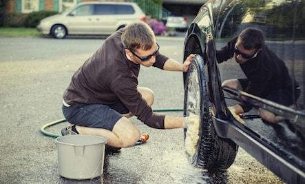 شستن ماشین با اسفنج